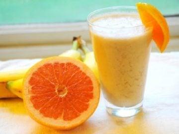 Летний освежающий смузи с апельсином, грейпфрутом и бананом